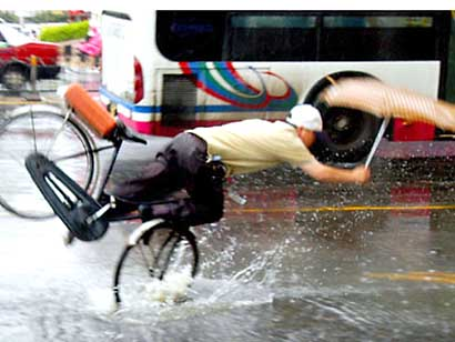 Cycling_umbrella_falling_rain_potho